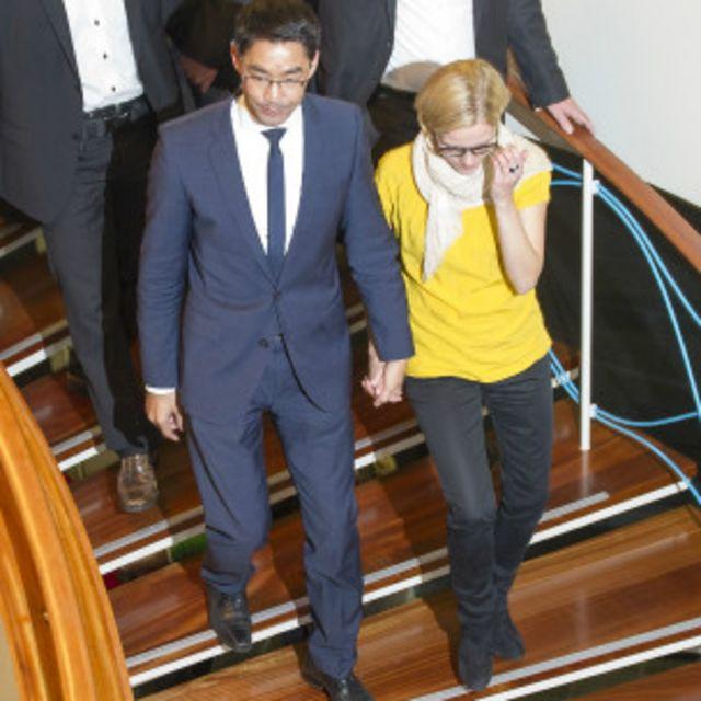 Vợ chồng ông bà Roesler ra về sau cuộc họp tại trụ sở FDP