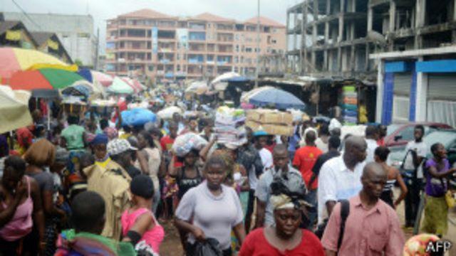 Une rue de Conakry, le 24 septembre 2013. Les habitants se préparent à la première élection légilsative en Guinée depuis 2002.