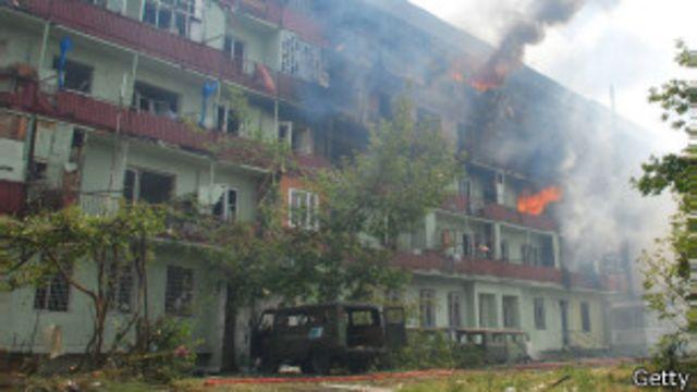 Поврежденное огнем здание в Гори