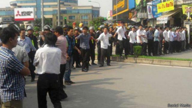 Lực lượng an ninh và cảnh sát cơ động được huy động để chốt chặn các con đường xung quanh tòa án