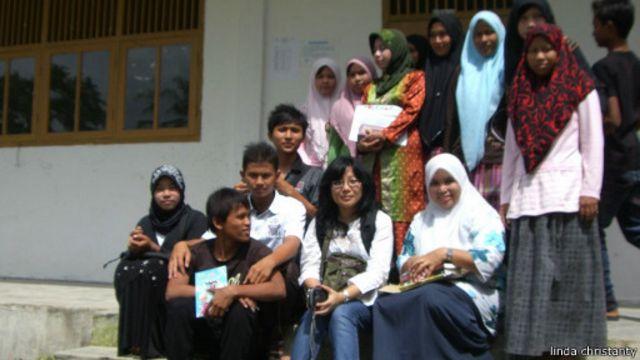 Di sela-sela aktivitasnya menulis, Linda pernah beraktivitas di Aceh, antara lain mengajar sukarela di sekolah menengah di Lamteuba, Aceh Besar.