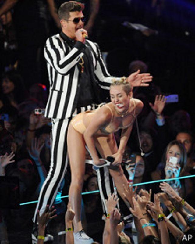 مایلی سایرس در میانه اجرا خود در مراسم MTV لباس اصلی خود را در آورد و با یک بیکینی به رنگ پوست، روی صحنه به رقص و آواز ادامه داد