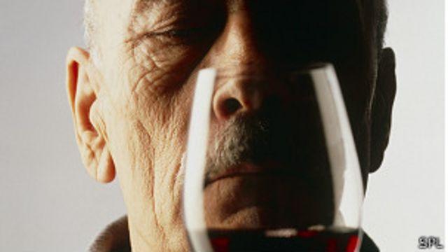 Hombre con copa de vino tinto