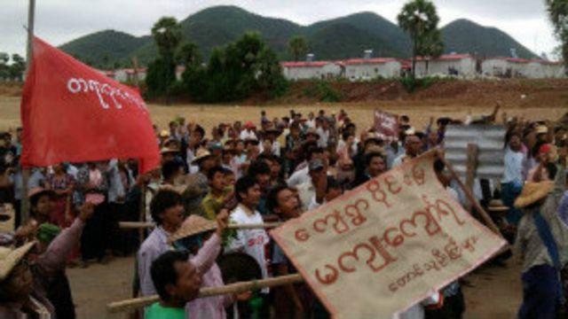 မတရား မြေသိမ်းမှုတွေကြောင့် ဒေသတချို့မှာ လယ်မြေ ပြန်ရရေးအတွက် လယ်သမားတွေ ဆန္ဒပြ တောင်းဆို