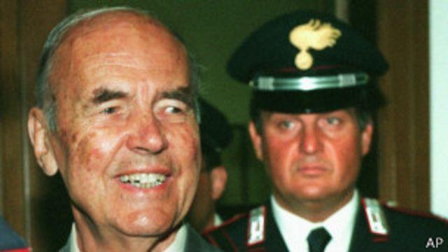 Бывший офицер СС Прибке был осужден в конце 1990-х за участие в убийстве более 300 человек в 1944 году в Риме