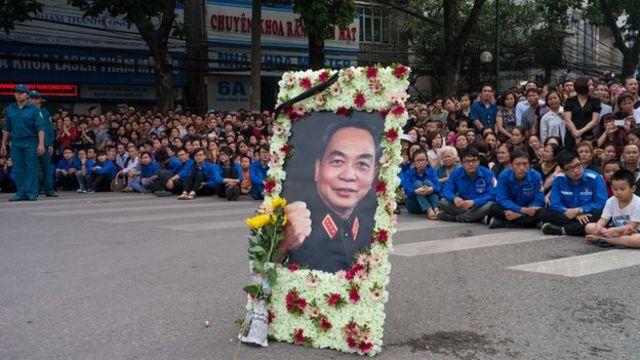 Người dân ngồi chờ đoàn xe rước thi hàiTướng Giáp ở Hà Nội