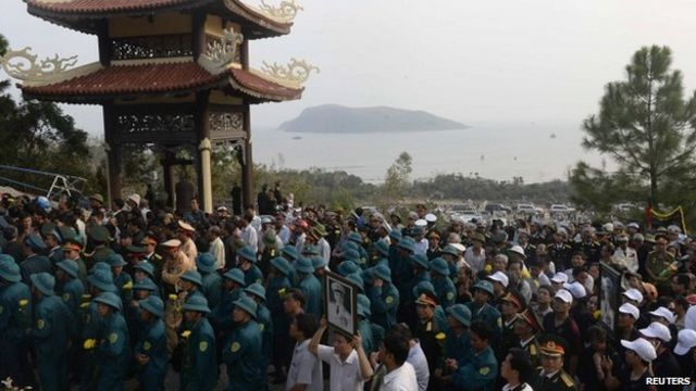 Người dân tới viếng Tướng Giáp ở Vũng Chùa