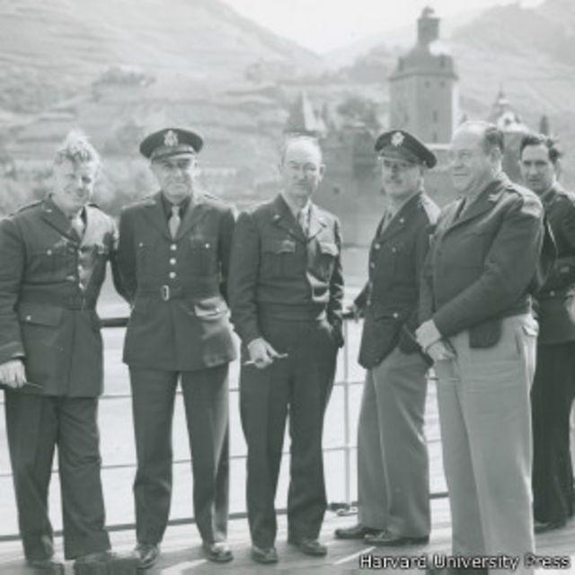 Американские киномагнаты путешествуют по Рейну на личной яхте Гитлера. Второй справа – вице-президент МГМ Эдди Манникс, третий справа – Джек Уорнер.