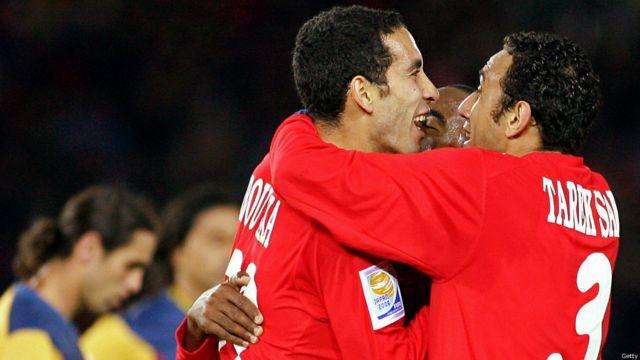 زملاء أبوتريكة ، طارق سعيد  وفلافيو، يهنئونه بعدما سجل هدفه الثاني ضد نادي أمريكا المكسيكي خلال مباراة فاصلة لكأس العالم لأندية كرة القدم في يوكوهاما، 2006.