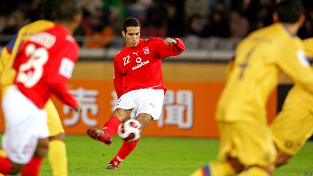 ويلعب أبو تريكة في مركز خط الوسط. ويلعب حاليا في النادي الأهلي الذي انضم اليه في عام 2003 ، ويلعب أيضا في تشكيلة المنتخب المصري لكرة القدم.