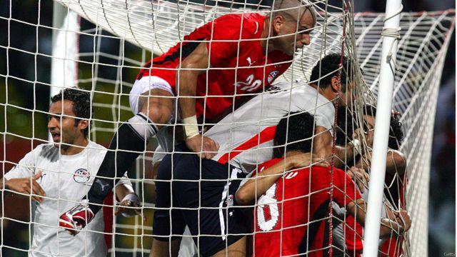 ...ويحتفل الفريق المصري بفوزه على الفريق الكاميروني في نهائي بطولة الأمم الأفريقية العام 2008.