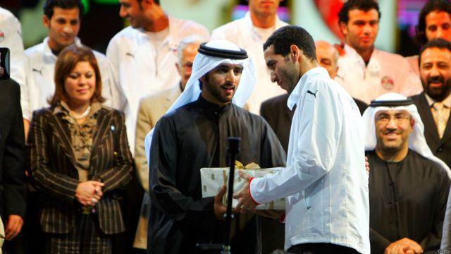 يقدم ولي عهد دبي الشيخ حمدان بن محمد بن راشد آل مكتوم للاعب محمد أبوتريكة هدية. كما تم تكريم فريق كرة القدم الوطني المصري في حفل أقيم في النادي الأهلي في دبي في فبراير، 2008.