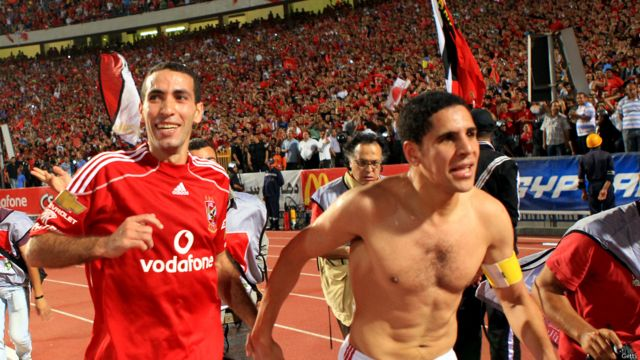 يحتفل محمد أبو تريكة مع زميله أحمد السيد بفوز فريقهم على نادي الاتحاد الليبي في بطولة أبطال الدوري في افريقيا في القاهرة، 2010.