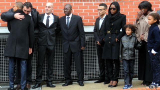 La famille de Bruno Metsu sortant du stade des Flandres à Dunkerque après la cérémonie en son honneur