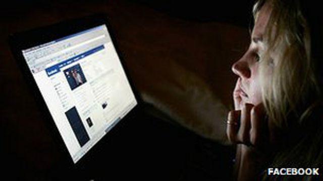 Mujer viendo pantalla de computadora
