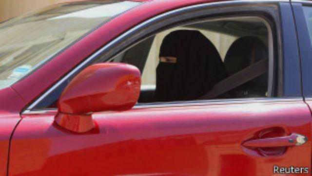 Женщина за рулем автомобиля в Саудовской Аравии 22 октября 2013 года