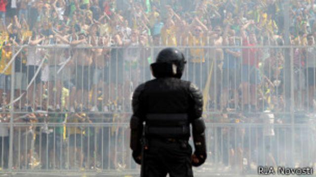 Полицейский на фоне толпы фанатов