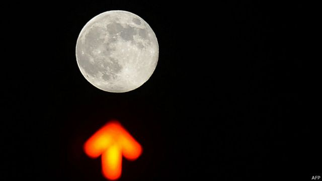 Luna con flecha de semáforo