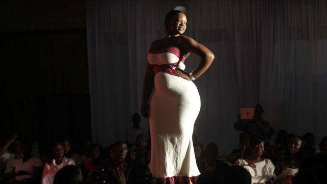 Un mannequin présente une création de mode pendant le le défilé de mode Miss Rondement Belle à Abidjan le 30 octobre 2013. Le salon est  un projet collectif mené par des femmes du ''Réseau Rondement Belle''.