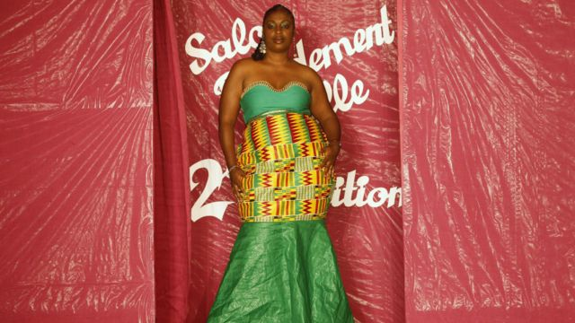 Un mannequin présente une création de mode pendant le le défilé de mode Miss Rondement Belle à Abidjan le 30 octobre 2013.