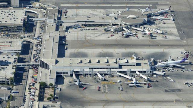 Un agente de Agencia de Seguridad Aeroportuaria (TSA) resultó muerto en el incidente. Además, fuentes oficiales confirmaron al menos siete heridos, uno de ellos en estado crítico.