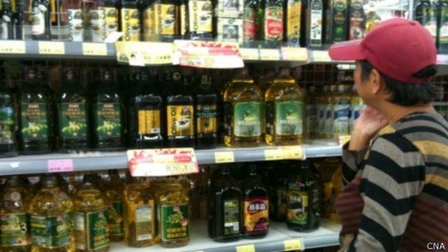 消費者在超市選擇食用油產品