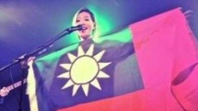 台湾知名歌手张悬在英国演唱会上出示中华民国国旗