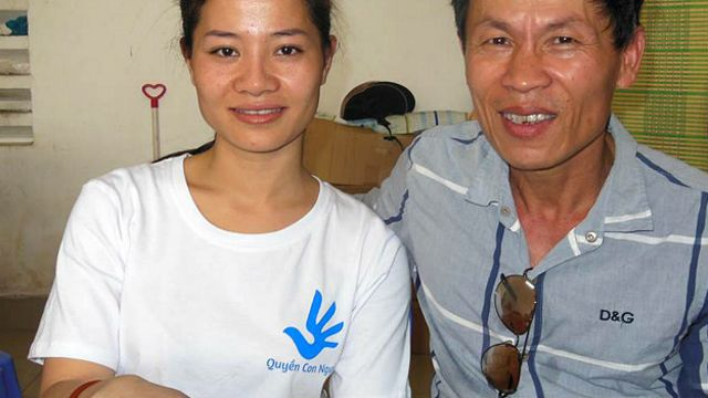 Ông Trương Văn Dũng (phải) nói ông đang phải nằm nhà vì gãy xương