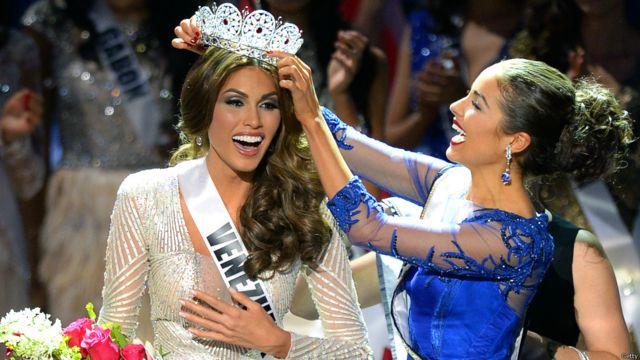 ووضعت ملكة جمال الكون السابقة الأمريكية أوليفيا كولبو التاج على رأس الملكة الجديدة التي انهمرت دموعها من الفرحة.