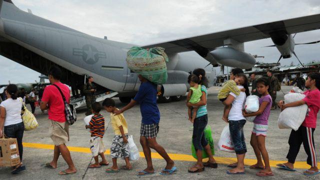 Sobrevivientes hacen fila para ser trasladados en avión a Manila