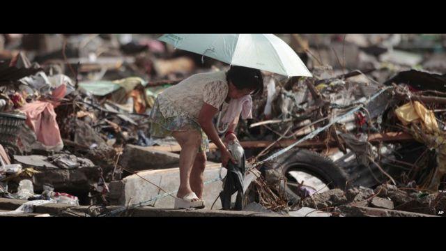 Wata mata na laluben kayanta a Tacloban. AP