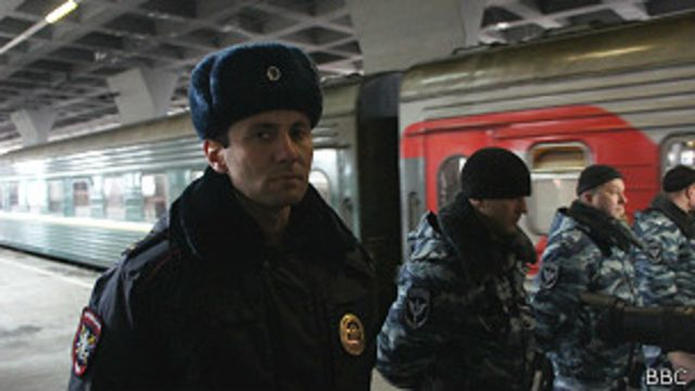 "Полицейские и спецвагон с активистами ""Гринпис"""