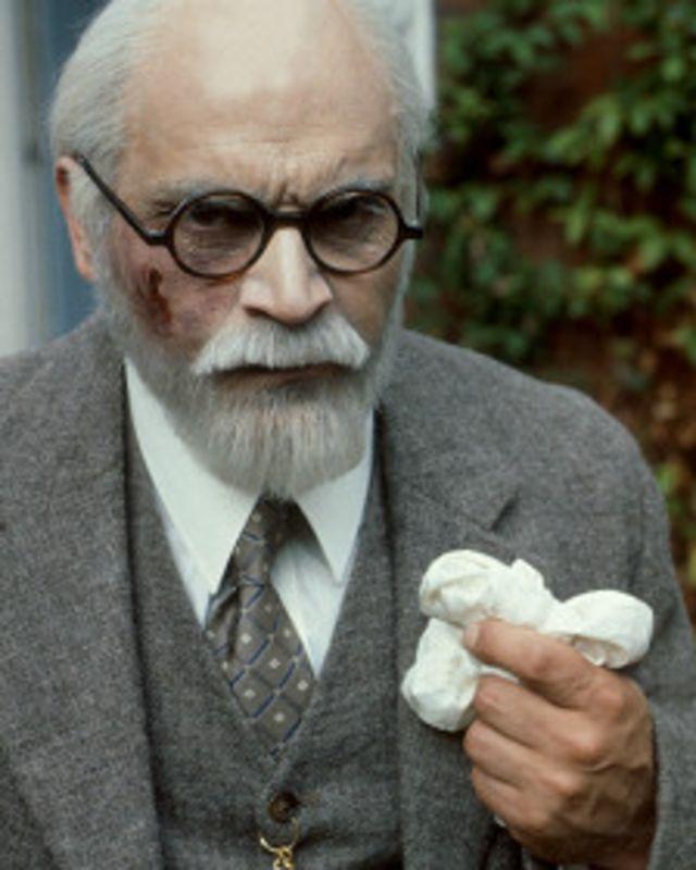 سوشه در نقش زیگموند فروید