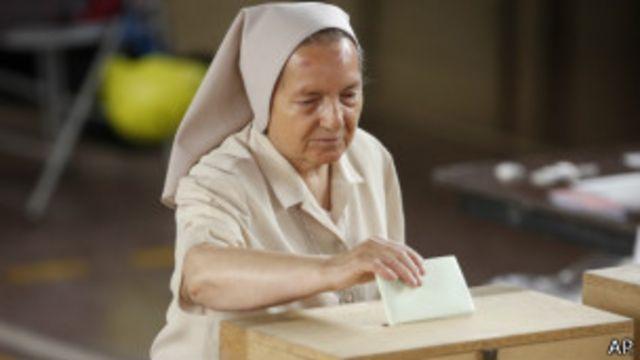 Монахиня голосует на президентских выборах в Чили