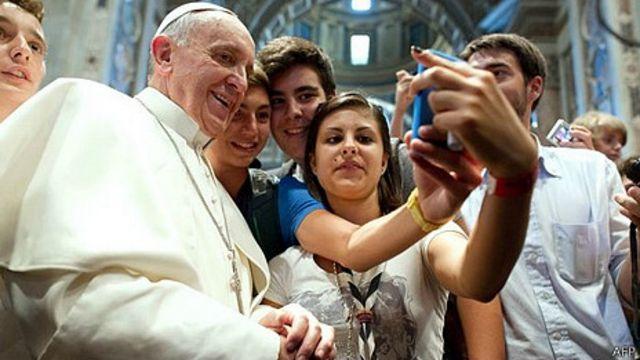 """El Papa posa junto a adolescentes en una """"Selfie"""""""