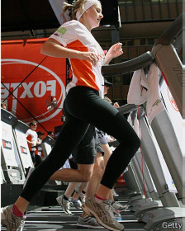 Mujer en máquina de correr