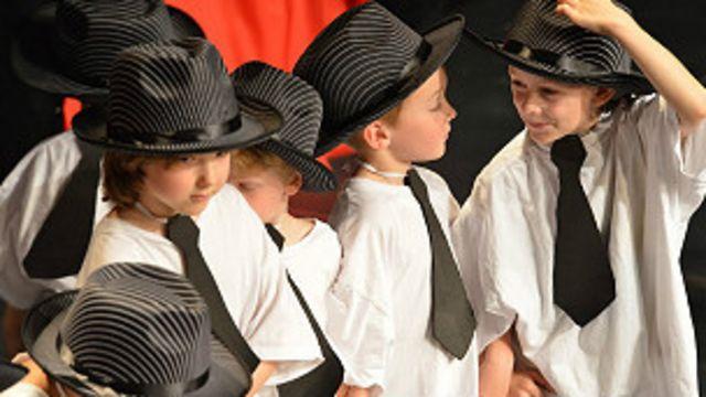 Trẻ từ lớp mẫu giáo tham gia trình diễn nghệ thuật tại Thụy Sỹ.