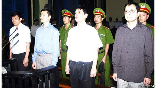 Hiện ông Trần Huỳnh Duy Thức (bìa trái) vẩn bị tù