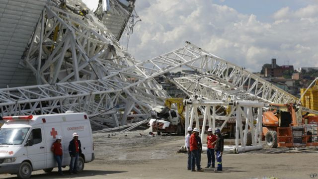 Socorristas próximo do local de queda de guindaste na Arena Corinthians (foto: AP)