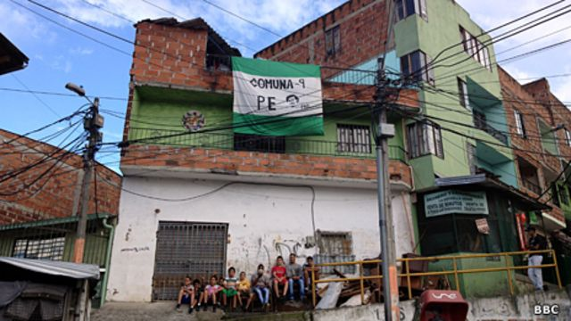 Entrada al barrio Pablo Escobar en Medellín, Colombia.