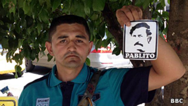 José Giraldo con una pegatina de Pablo Escobar.