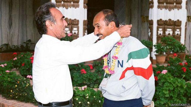 پرویز دهداری (چپ) پس از افزایش فشارها از سوی مطبوعات از سرمربیگری تیم ملی ایران کنار رفت و رضا وطن خواه (راست) هدایت تیم ملی را بطور موقت بر عهده گرفت