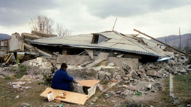 Spitak sakini dağılmış evinin yanında, 11 dekabr 1988, AFP