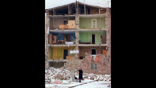 Dağılmış evin yanında qadın, 7 dekabr 1988, AFP