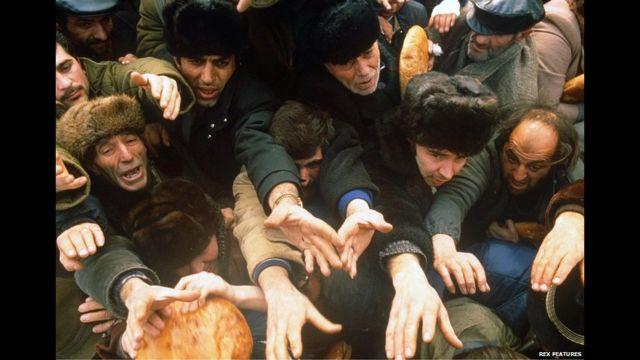 Çörək növbəsi, 7 dekabr, 1988-ci il. AFP