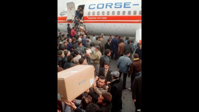 Humanitar yardımın boşaldılması, 10 dekabr 1988, AFP