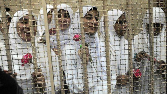 فتيات في مدينة الأسكندرية سجن بسبب مشاركتهن في مظاهرة مؤيدة للرئيس المعزول محمد مرسي.