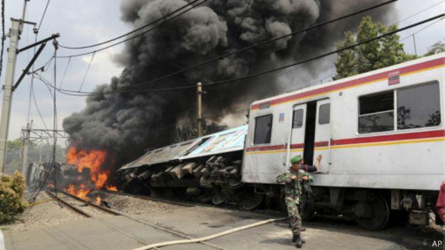 Truk pengangkut BBM terbakar sesaat setelah tabrakan terjadi.
