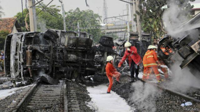 Pemadam kebakaran memadamkan api yang melalap salah-satu gerbong.