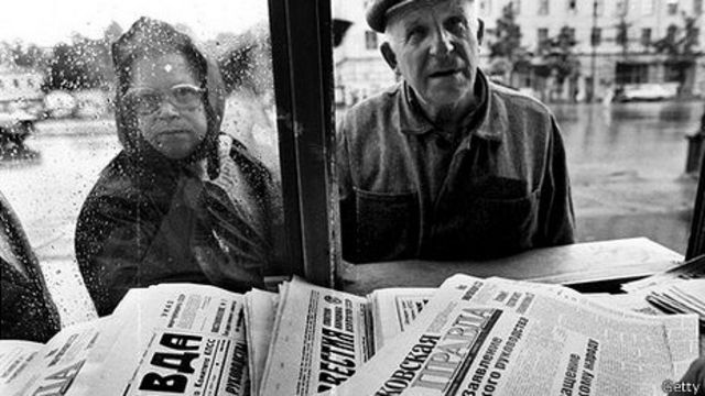 Hombre y mujer miran periódicos